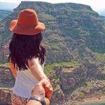 دره خزینه لرستان | گرند کانیون ایران دره خزینه پلدختر یکی از استان های کشورمان که مناظر طبیعی و بکر و مجموعه ای از صدها گنجینه ی تاریخی را در خود جای داده است استان لرستان است. لرستان استانی کوهستانی است که در غرب ایران واقع شده و کوه های مخملی، آبشارهای متعدد، تنگه های متعدد و جنگل های بلوطش باعث شهرت آن شده است و یکی از فوق العاده ترین مقاصد گردشگری برای توریست های داخلی و هم خارجی است. علیرغم پتانسیل بالایی که این استان در جذب گردشگر دارد اما به خاطر تبلیغات کم آنقدر که باید موفق نشده تا گردشگران را به خود جذب کند و به جایگاه واقعی اش برسد. قدمت این استان به ۴۰ هزار سال پیش برمی گردد و طبیعی است که جذابیت های دیدنی زیادی را در خود جای داده باشد اما نمی خواهیم درباره ی یکی از جاذبه های تاریخی آن صحبت کنیم بلکه یکی از شگفتی های طبیعی آن را به شما معرفی می کنیم جایی به نام دره خزینه پلدختر که در شهر پلدختر قرار گرفته و به خاطر طبیعت باور نکردنی اش مشهور است.