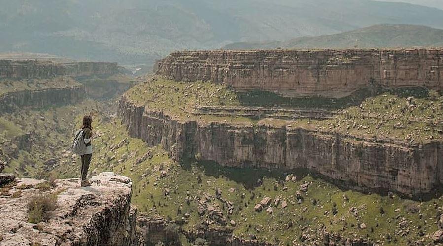 تخت چُو پلدختر تخت چو در شهرستان پلدختر، یکی از شهرهای تاریخی استان لرستان واقع شده که در زمان امپراطوری ساسانیان، پلدختر بواسطه موقعیت جغرافیایی اش یکی از شهرهای مهم و استراتژیک بود. در این شهر پل های ارتباطی زیادی وجود دارند که اکثر آنها متعلق به همین دوران می باشند. نام شهر پلدختر نیز از یکی از بزرگترین پل های آن زمان یعنی پل دختر گرفته شده است که در حال حاضر تنها چند پایه ستون از این پل تاریخی باقی مانده است.